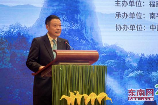 上图为中国气象局气象服务首席、中央电视台天气预报节目主持人宋英杰主持发布会