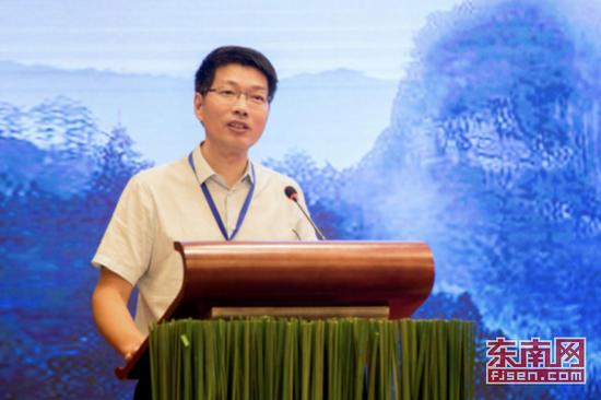 上图为福建省气象局党组书记、局长潘敖大致辞
