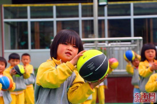 天真的孩子在思明幼儿园里快乐地玩耍。(东南网记者 刘玮 摄)
