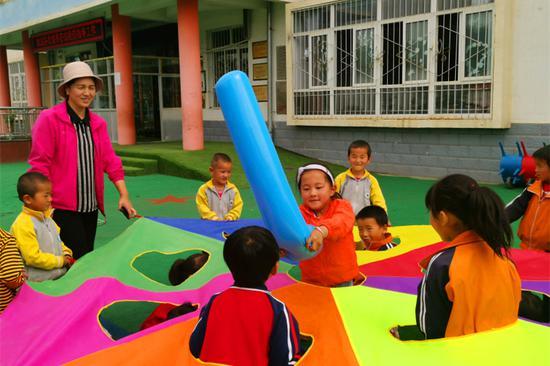 孩子们在操场上玩打地鼠游戏。(东南网记者 卢超颖 摄)
