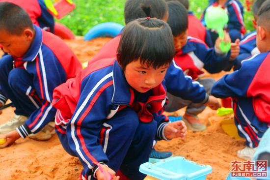 孩子在亲近大自然的玩乐中成长。(东南网记者 刘玮 摄)