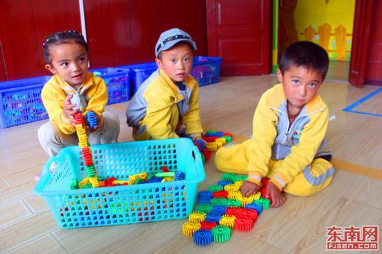上小班的马小军和伙伴们一同在教室里玩益智游戏。(东南网记者 刘玮 摄)