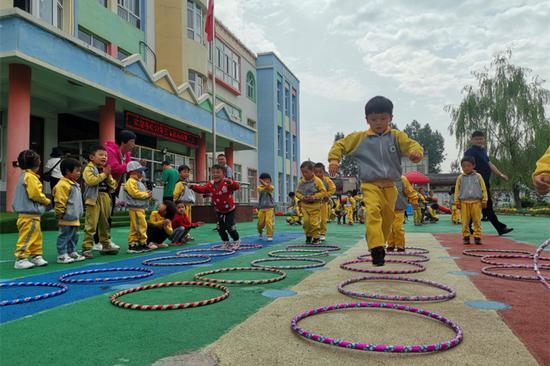 孩子们在操场中跳圈圈。(东南网记者 卢超颖 摄)
