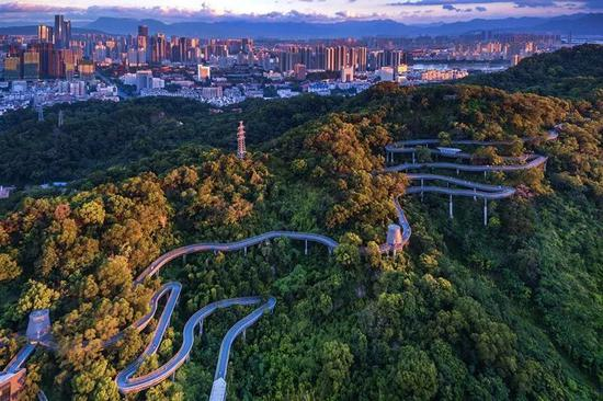 夕阳斜照福道,建设中的福州绚丽多彩。余斌 摄