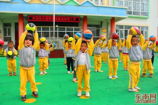 幼儿园小班的孩子们课间在操场上玩皮球。(东南网记者 刘玮 摄)