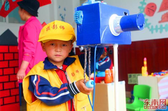 孩子扮演小小摄影师。(东南网记者 刘玮 摄)