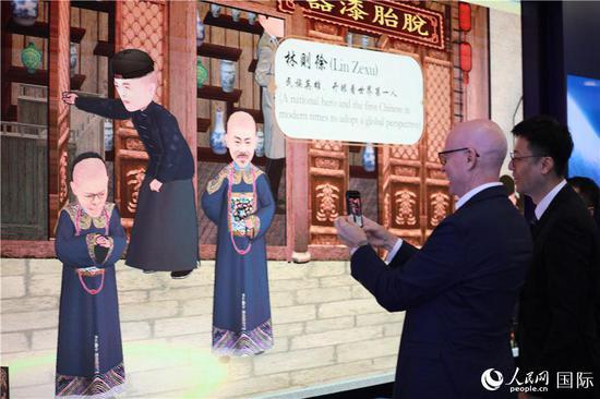 外国使节在AR屏前互动(记者贾文婷 摄)
