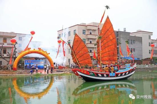 2015年9月1日,泉港区峰尾镇诚平村,福船下水。(陈起拓 摄)
