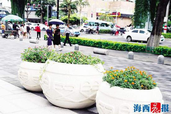 厦禾路的路边多了许多小景观。记者 陈理杰 摄