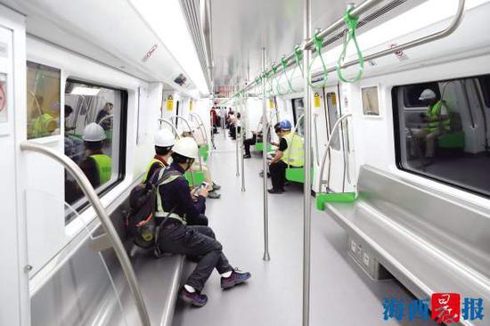 """2号线的建设者成为首批""""乘客""""。"""