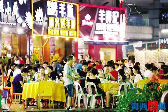 夏日夜晚的明发商业广场人头攒动,夜宵时间持续至凌晨。记者 陈理杰 摄