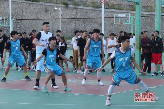 梁诗华(图右)和美术学院的同学们参加校内篮球比赛 受访者供图