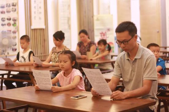 ▲金尚社区书院开展亲子国学诵读活动,诵读《朱子家训》