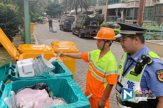 环卫收运企业与执法人员发现该小区垃圾未分类收集
