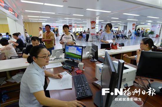 市民服务中心公积金窗口用心服务办事群众。