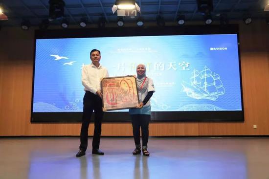 翔安区委副书记叶晓东赠送PNLG主席澳头海洋主题艺术品