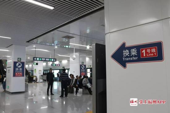 南门兜站站台的换乘指引 陈智丰/摄