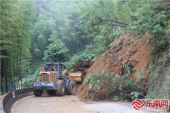 强降水导致三明多地公路受灾,公路人迅速组织抢通