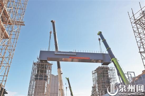 经多次优化改进 福厦客专七标段钢盖梁顺利架设完成