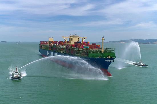 """厦门港以""""过水门""""这一最高礼遇迎接""""船王""""——""""现代格但斯克""""轮的到来(2020年7月7日摄)。"""