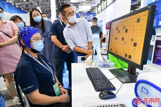 """数字中国建设成果展 众多市民来体验""""黑科技"""""""