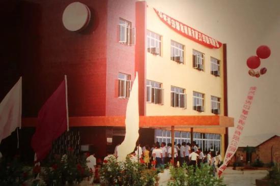 ▲1984年7月,第一家外商投资企业——印华地砖厂