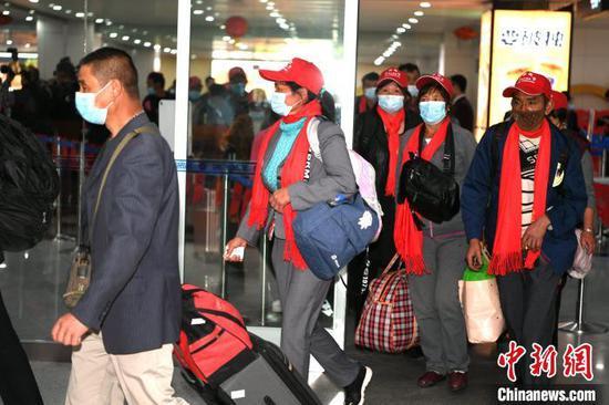 2月19日(正月初八)下午,来自云南省大理州、临沧市、曲靖市、楚雄州等地区的170名务工人员经过核酸检测后乘坐免费包机抵榕。 王东明 摄