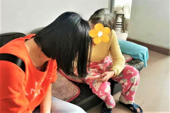 ▲社工为已深入建档的精神障碍残疾人服务