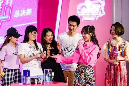 《创造101》人气选手蒋申和许诗茵向粉丝展示好物