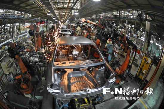 东南汽车全自动机械化生产线。记者池远 摄
