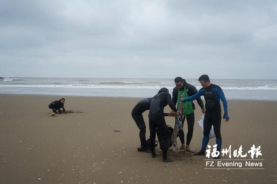冲浪者清理海漂垃圾。