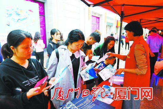市民群众积极参与平安宣传。