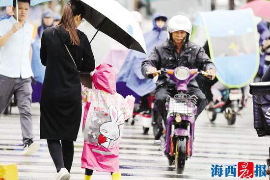 昨日,市气象台本站最低气温跌到16.4℃,加上大风,更添几分凉意。