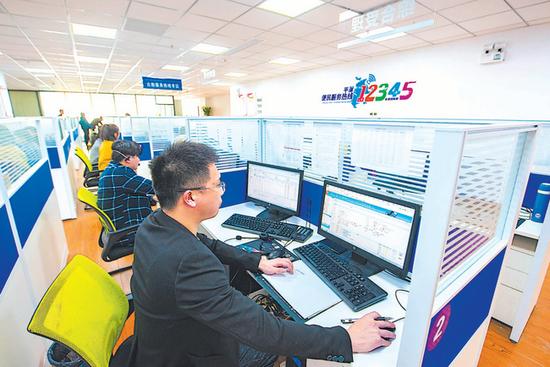 平潭12345便民服务平台,搭建起政府与群众的连心桥。 江信恒 摄