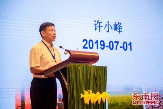上图为中国气象局原副局长、中国气象事业发展咨询委员会常务副主任、研究员许小峰作主旨报告