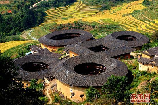 """俗称""""四菜一汤""""的南靖田螺坑土楼群是福建土楼的代表性建筑。黄亮忠 摄"""