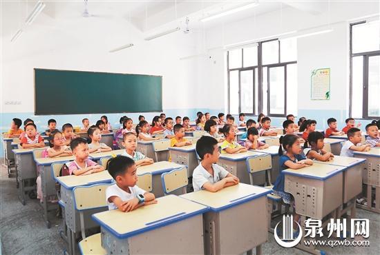 丰泽区第五实验小学学生在新教室开心上课
