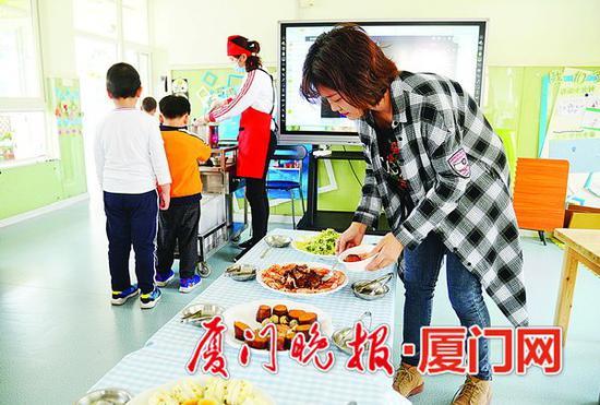 ■湖里幼儿园从上个月开始尝试家长陪餐制。