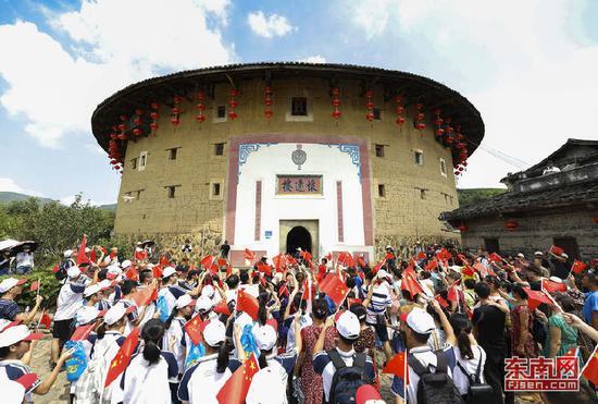8月15日,当地群众和游客在南靖怀远楼前参加快闪活动。谢威 摄