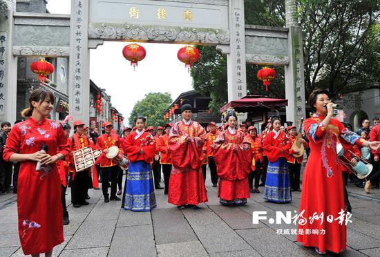 """大年初二,传统汉式""""婚礼""""在三坊七巷热闹举行。"""