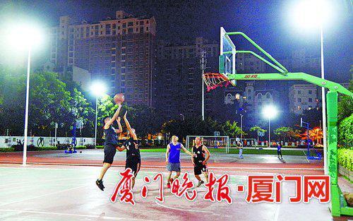 -金尚小学工作日平均每天有近百名居民进校锻炼。刘东华摄