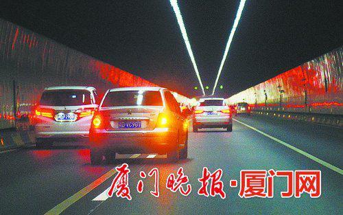 车辆从最左侧车道先压实线变道到中间车道,属违法变道。