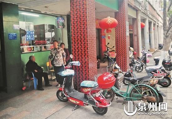 中山南路临江街道社区服务中心,阿婆守在这里收取电动车停靠费。
