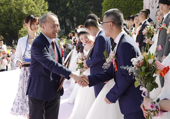 副校长、校友总会副会长曾路为新人颁发爱情证书