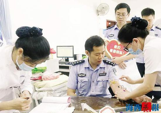 民警进行血样采集。