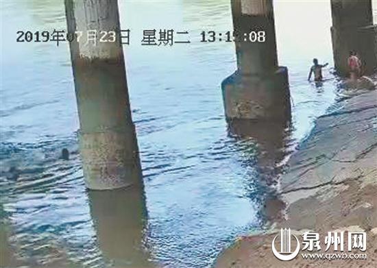 男子溺水,同伴束手无策。