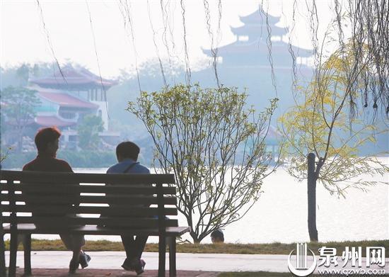 市民外出享受暖冬 (柏峰/摄)