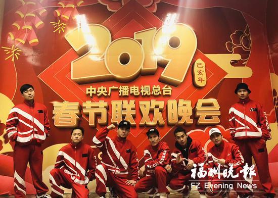 林清景(右一)和队员参加央视除夕春节联欢晚会。