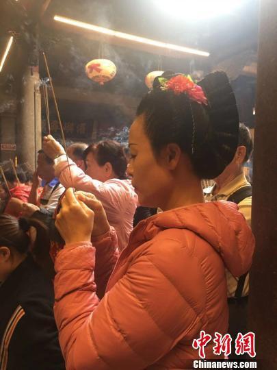 梳着莆田妈祖头的台湾东港紫天宫妈祖信众。 高亚成 摄