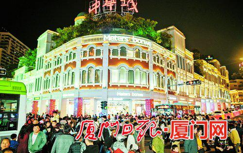 春节期间我市城区人流量大,主要商场销售量上涨。 (记者林铭鸿摄)
